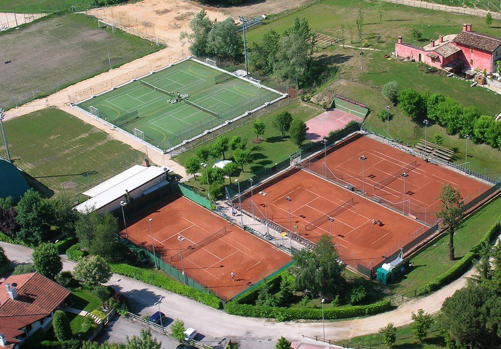 giocare a tennis Sacile Le Favole Agriturismo B&B